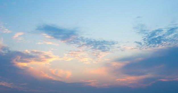 Sonniger himmelzusammenfassungshintergrund, schönes cloudscape, auf dem himmel, ansicht über weiße flaumige wolken, freiheitskonzept