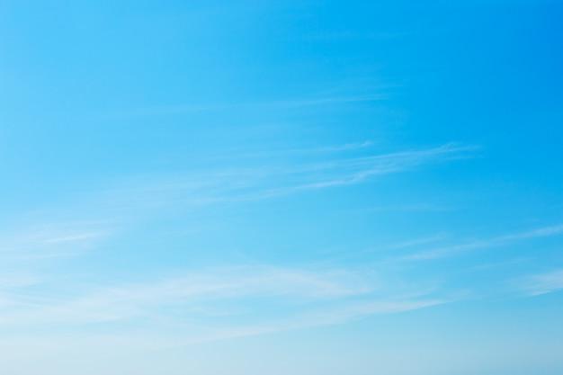 Sonniger hintergrund, blauer himmel mit weißen wolken