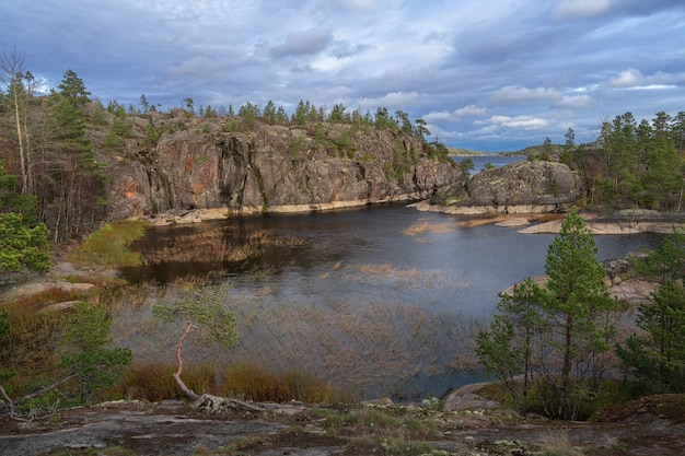 Sonniger morgen am ladogasee und schären im russischen karelien in nordrussland. schären sind steininseln mit kiefern und felsigen ufern.
