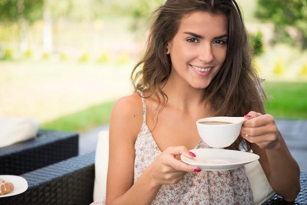 Sonniger morgen mit einer tasse kaffee
