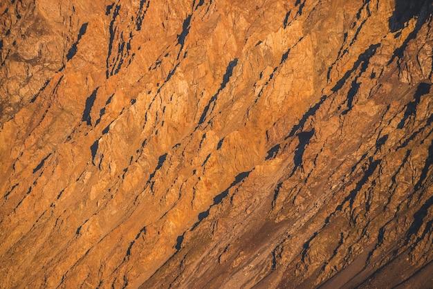 Sonniger naturhintergrund von rocky mountains im sonnenlicht