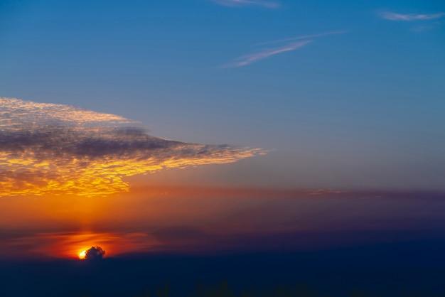 Sonniger schein auf wolken. wundervolle lebendige morgendämmerung. schöner ruhiger orange sonnenuntergang.