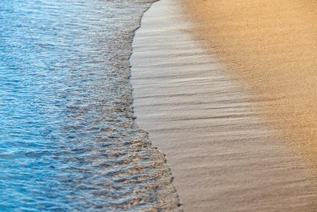 Sonniger sonniger blick auf die strandlinie und das meer von australien.