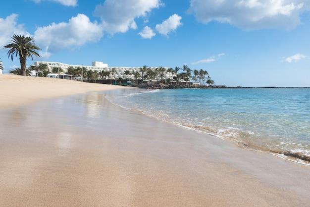 Sonniger strand in, costa teguise, lanzarote, kanarische inseln, spanien.