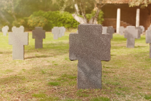 Sonniges grab mit steinkreuz