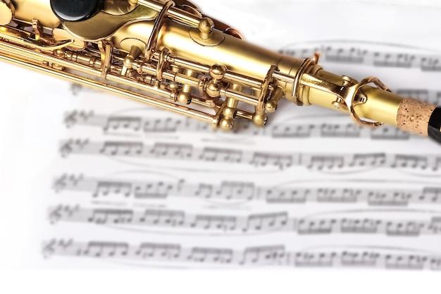 Sopransaxophon auf weißem hintergrund