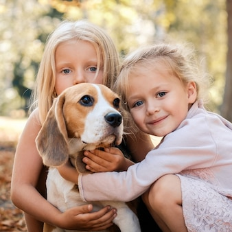 Sorgfältige freunde mit einem hund