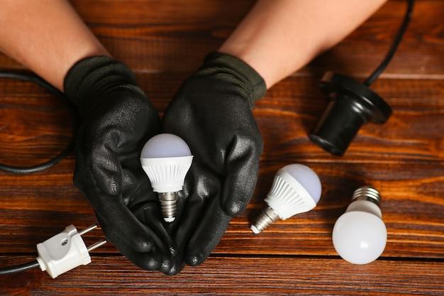 Sorgfältiger, sparsamer umgang mit ressourcen. energie sparen. weiße led-lampen. lampenwechsel. hochwertiges foto