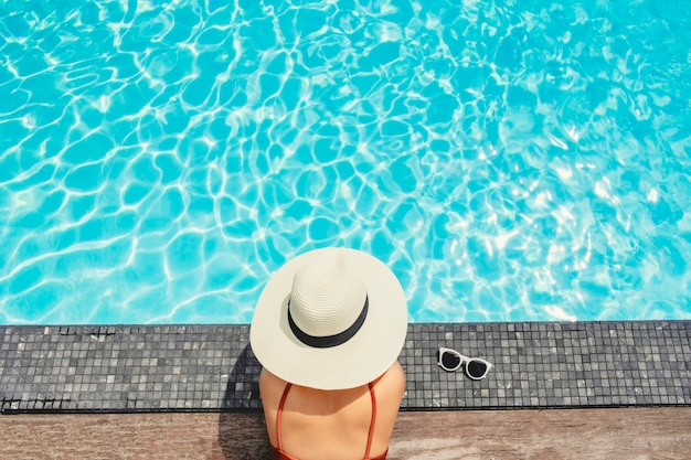 Sorglose frauenentspannung im swimmingpool