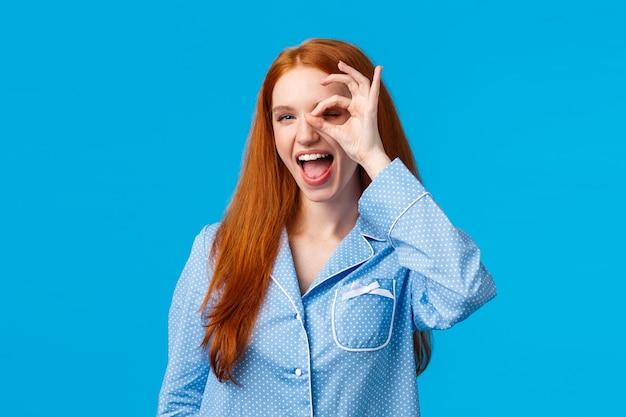 Sorglose und freche glückliche rothaarige frau mit blauen augen