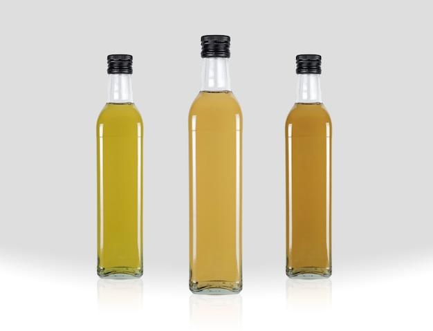 Sorten von abgefülltem olivenöl isoliert