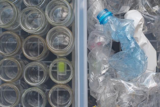 Sortieren von glasbehältern und plastikflaschen zum recycling und zur wiederverwendung.