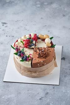Sortiert 4 verschiedene kuchen 4 sorten kuchen in einer schachtel dessert zum verkosten oder für den urlaub
