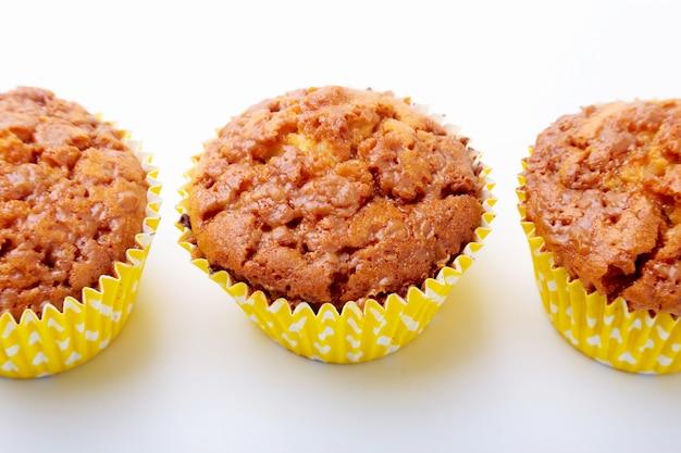 Sortiert mit köstlichen selbst gemachten kleinen kuchen mit den rosinen und schokolade lokalisiert auf weißem hintergrund. muffins. ansicht von oben. kopieren sie platz.