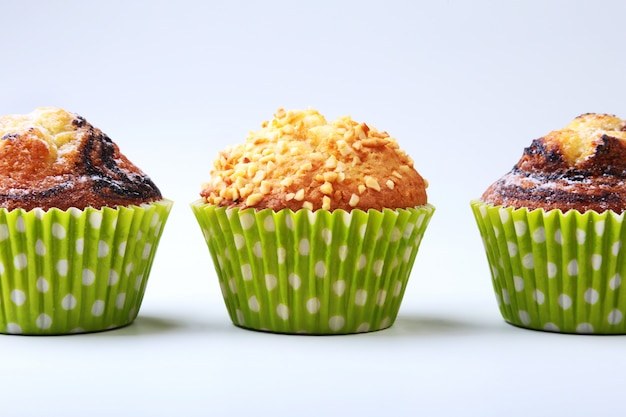 Sortiert mit köstlichen selbst gemachten kleinen kuchen mit den rosinen und schokolade lokalisiert auf weißem hintergrund. muffins.