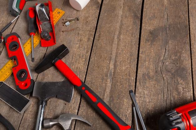 Sortierte arbeitswerkzeuge auf hölzerner tabelle