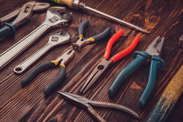 Sortierte arbeitswerkzeuge auf holz
