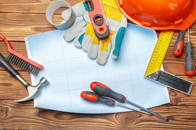 Sortierte arbeitswerkzeuge auf holztisch