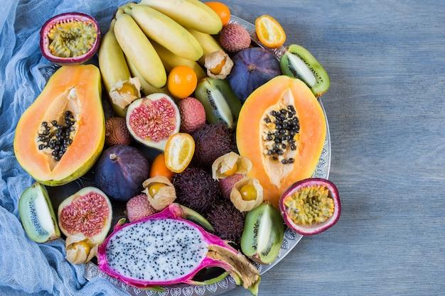 Sortierte exotische früchte auf einer platte