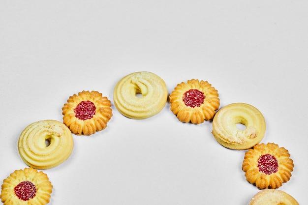 Sortierte hausgemachte kekse auf weiß.