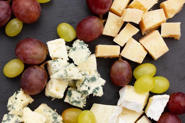 Sortierte käse auf einem schwarzblech