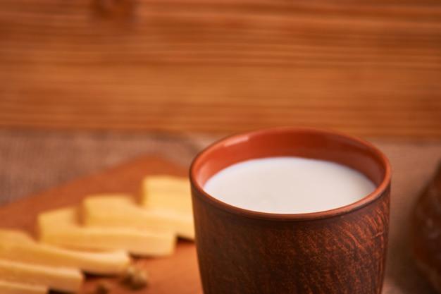 Sortierte milchprodukte milch, käse, eier, rustikales stillleben
