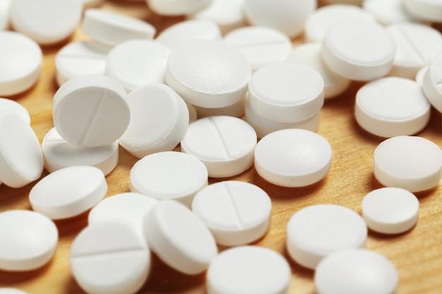Sortierte pharmazeutische medizinpillen, tabletten auf hölzernem hintergrund
