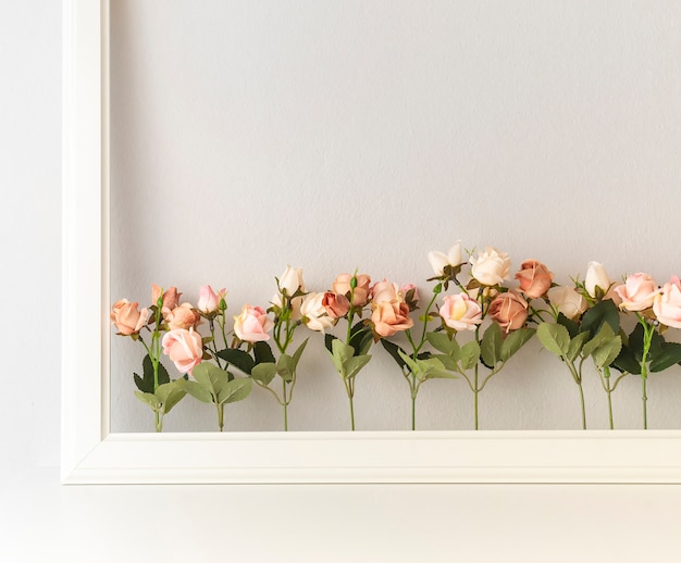 Sortierte rosa blume mit grenze auf weißem hintergrund.