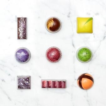 Sortierte sammlung von pralinen und süßigkeiten, isoliert