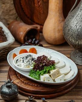 Sortierter käse mit grüns und hüttenkäse