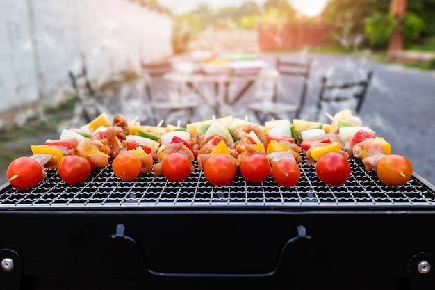 Sortierter köstlicher grill mit fleisch und gemüse auf dem ofen