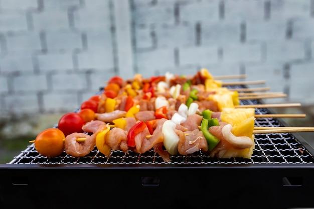 Sortierter köstlicher grill mit fleisch und gemüse auf dem ofen.
