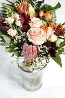 Sortiertes blumenarrangement in vase