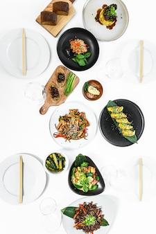 Sortiertes chinesisches essensset. nudeln, gebratener reis, knödel, pekingente, dim sum, frühlingsrollen.