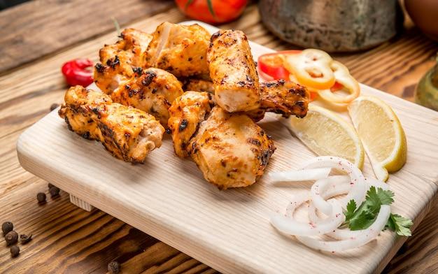 Sortiertes köstliches gegrilltes fleisch mit gemüse auf weißem picknicktisch für familiengrillparty