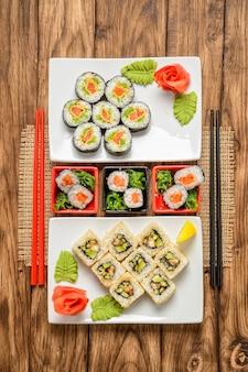 Sortiertes sushi-set serviert auf holztisch textur. draufsicht