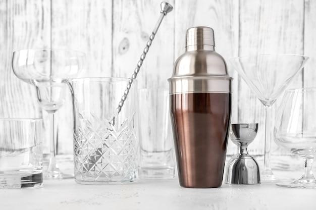 Sortiment an bar- und glaswaren auf holzhintergrund