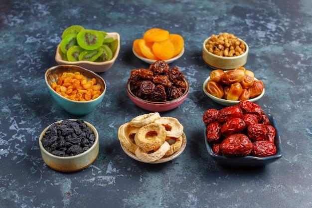 Sortiment an getrockneten bio-früchten.