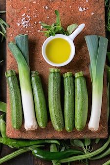 Sortiment an grünem gemüse