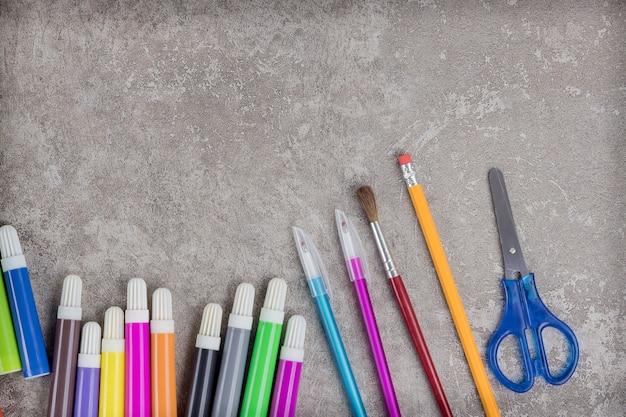 Sortiment an materialien für die schule. flach liegen.