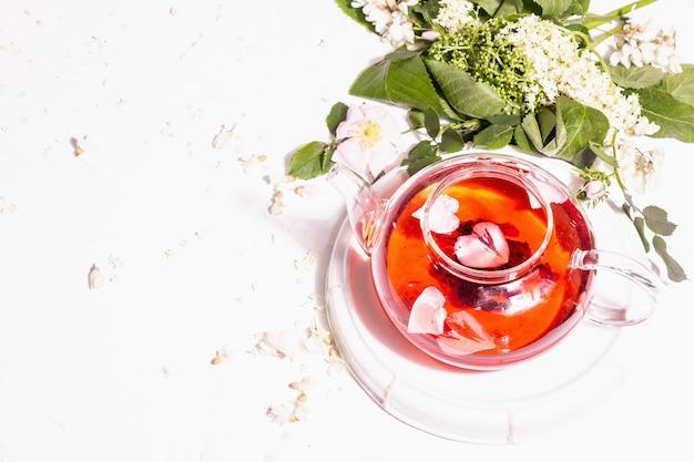 Sortiment blumen tee. frischer holunder, hagebutte und akazie. gesundes lebensmittelkonzept. weißer putzhintergrund, draufsicht