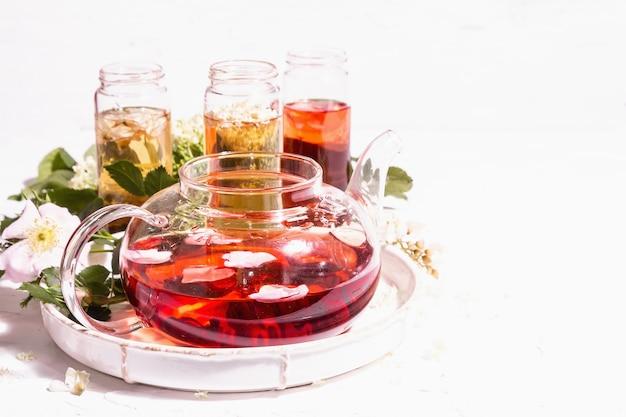 Sortiment blumen tee. frischer holunder, hagebutte und akazie. gesundes lebensmittelkonzept. weißer putzhintergrund, kopienraum