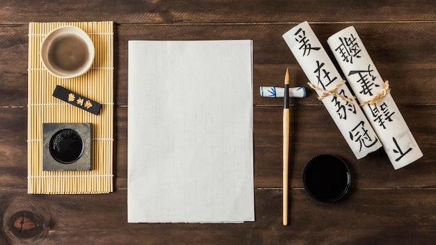 Sortiment der chinesischen tintenelemente mit leerer karte