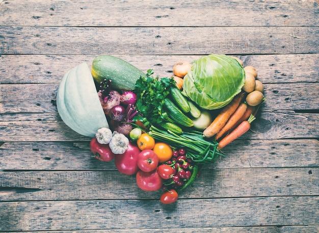 Sortiment frischer organischer gemüse-rahmen-markt