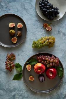 Sortiment gesunde bio-früchte in platten