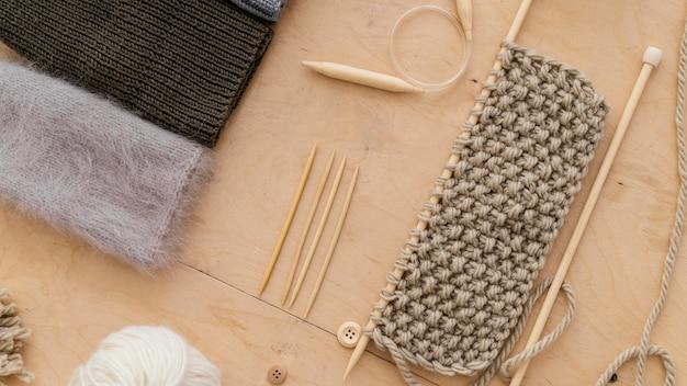 Sortiment mit strickwerkzeugen flach legen