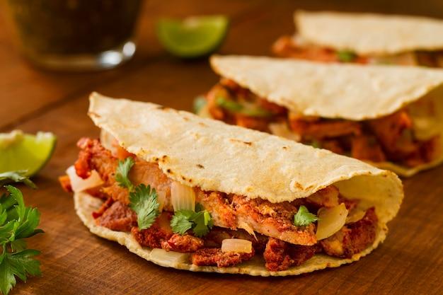 Sortiment mit tacos auf hölzernem hintergrund