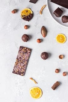 Sortiment süßer süßwaren mit pralinen und bonbons.