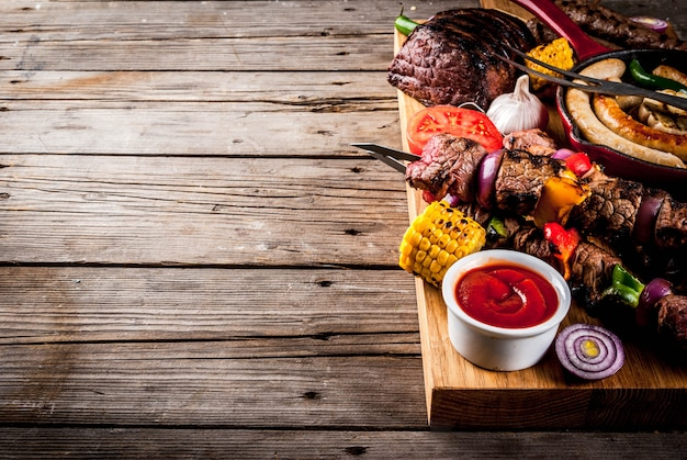 Sortiment verschiedene grillgerichte grillfleisch, grillfest - schaschlik, würstchen, gegrilltes fleisch