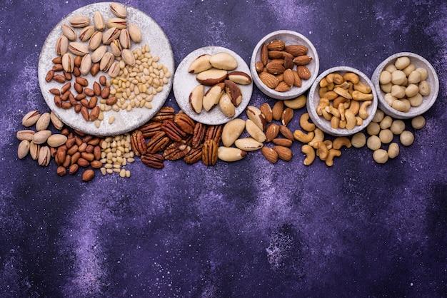 Sortiment verschiedener nüsse. mandeln, pekannüsse, macadamia, pistazien und cashewnüsse
